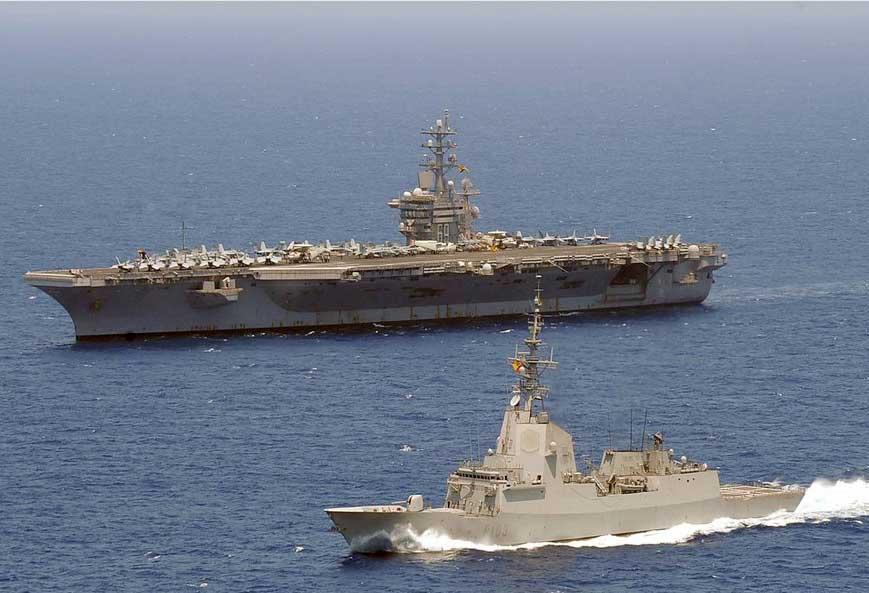 """La """"Blas de Lezo"""" navega junto al portaaviones USS Dwight D. Eisenhower"""