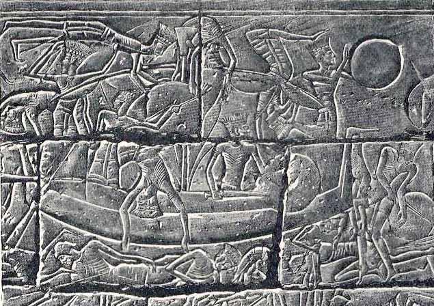 Gente de los pueblos del mar en sus barcos durante la batalla con los egipcios. Relieve del templo funerario de Ramsés III en Medinet Habu