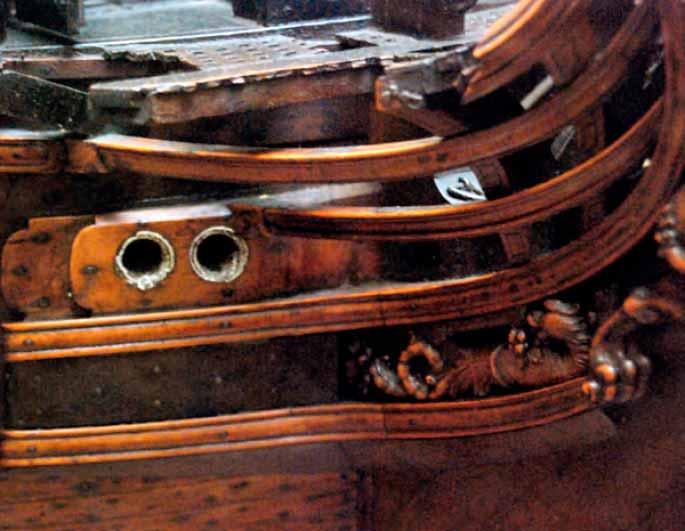 Detalle del recubrimiento de plomo que se realizaba en los escobenes para evitar el desgaste de la madera