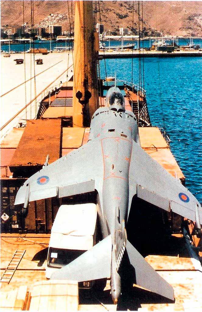 Vista aérea del Alraigo con el Harrier sobre cubierta.