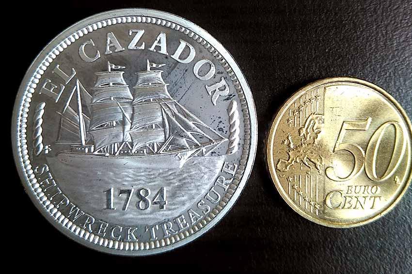 Anverso de una medalla chapada con plata de El Cazador