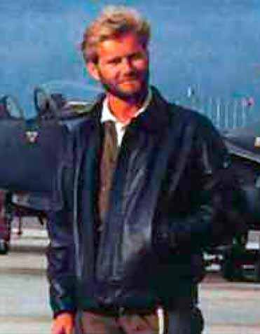 Soapy posando con una cazadora Sea Harrier.