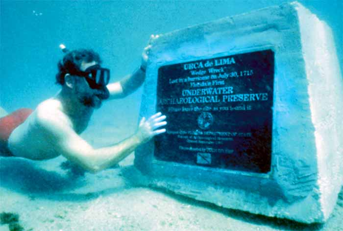 Placa commemorativa que señala el lugar del pecio de la Urca de Lima. Imagen de Imagen de Florida Department of State. Division of Historical Resources. Bureau of Archaeological Research.