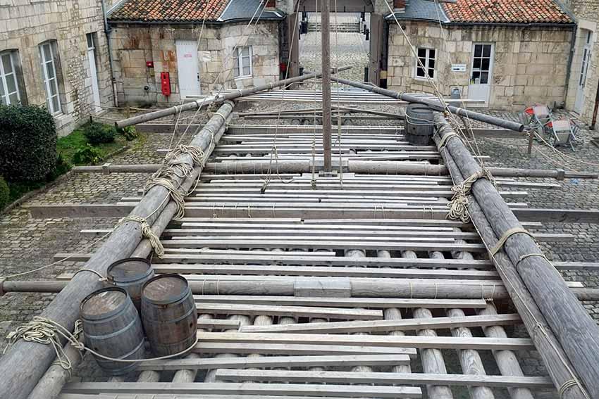 Reconstrucción de la balsa de La Méduse a escala 1:1 en el patio del Museo de la Marina en Rochefort Charente-Maritime Francia