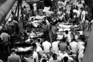Marineros norteamericanos supervivientes del USS Indianapolis a bordo del buque logistico USS Basset.