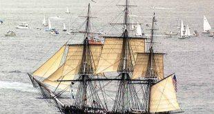 La fragata de 44 cañones USS Constitution navegando en solitario