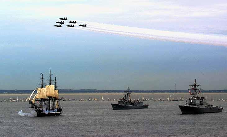 La fragata USS Constitution navegando el 21 de julio de 1997 por primera vez sin ayuda en 116 años